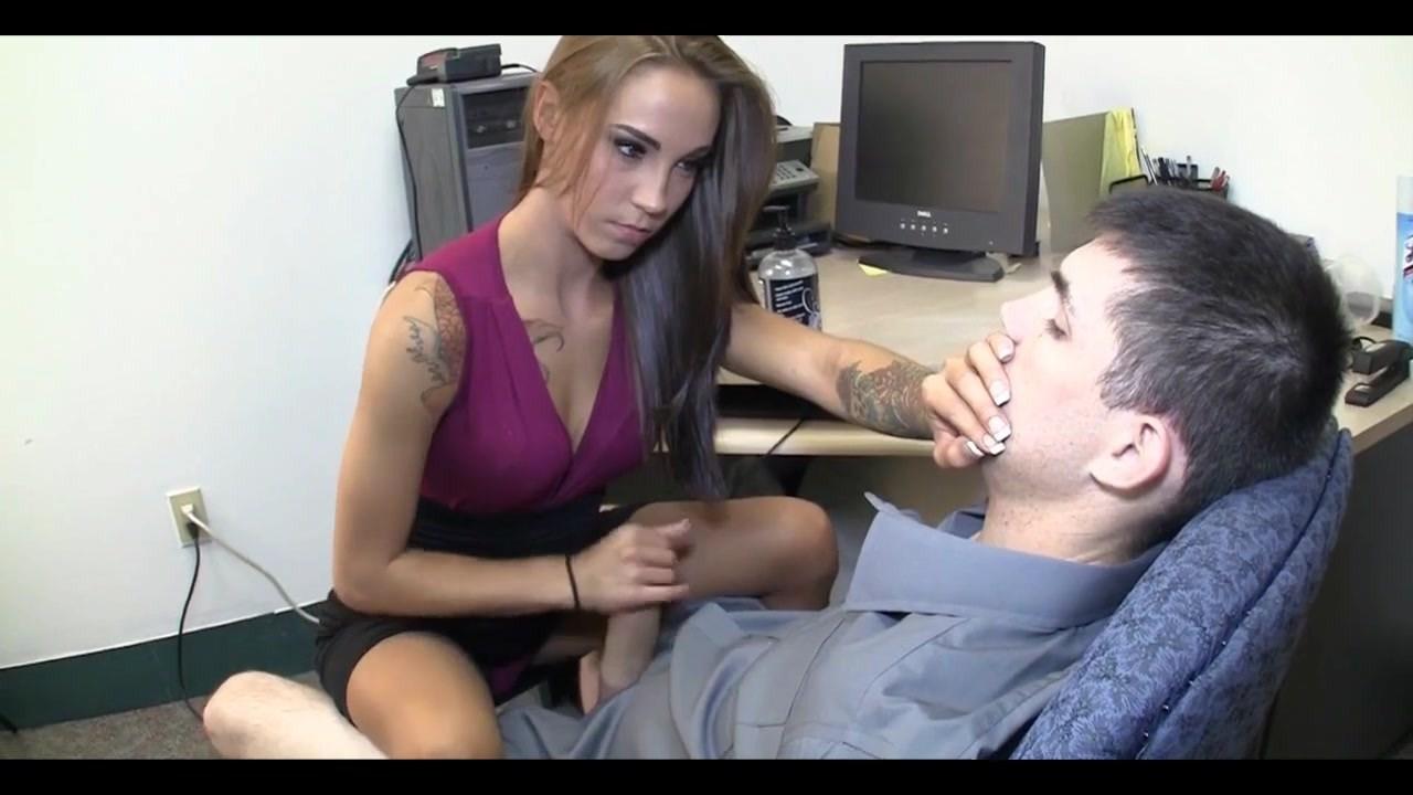 Дрочит парню на работе в офисе. Sasha Foxxx